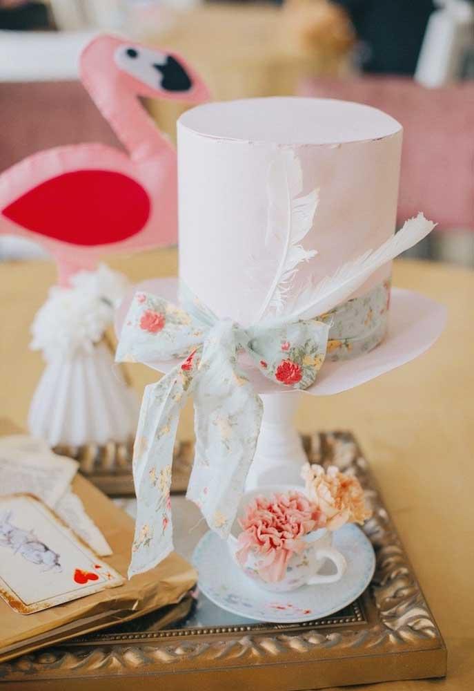 O que acha de colocar a mão na massa para fazer a decoração de aniversário com o tema Alice no país das maravilhas? Use papel, tecido e outros materiais delicados.