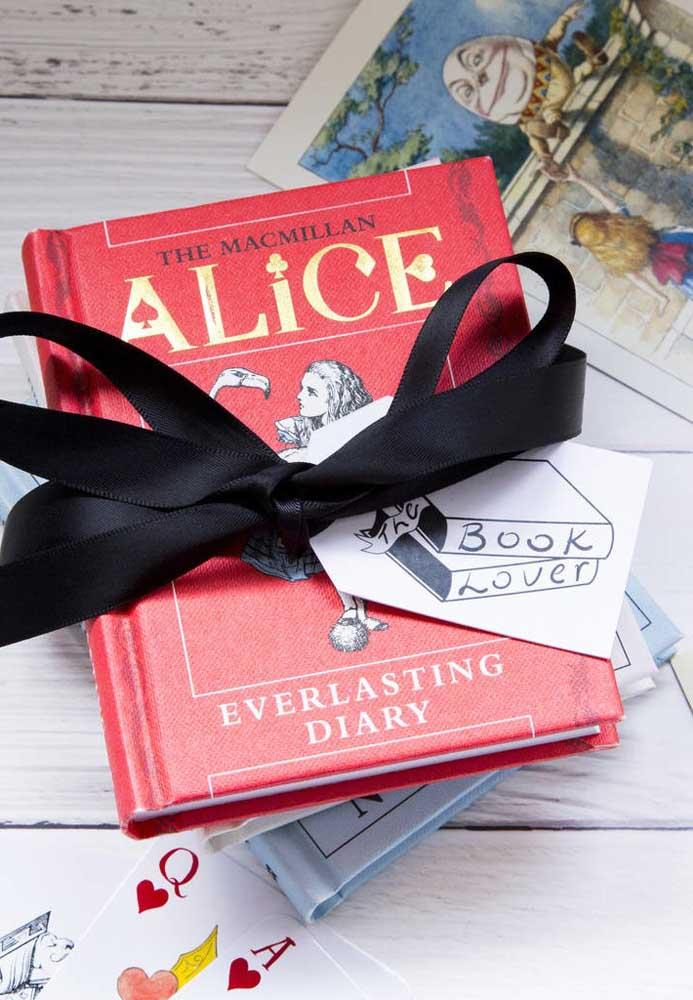 Você quer surpreender os convidados? Ofereça o livro da Alice no país das maravilhas como lembrancinha da festa.