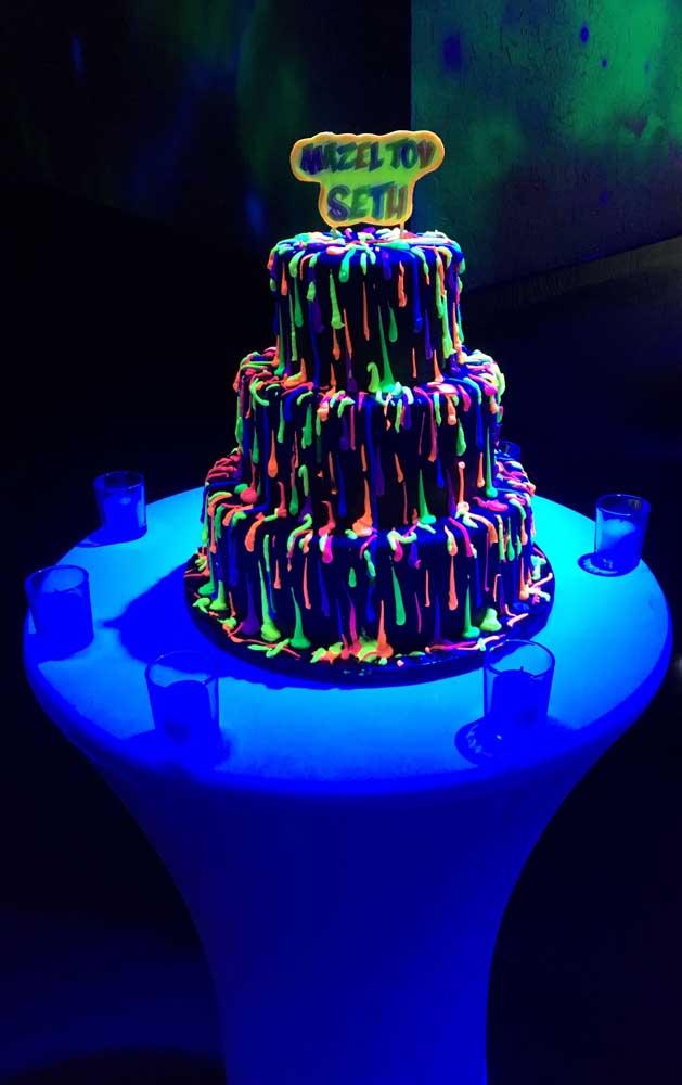 Que incrível essa inspiração de bolo para festa neon; repare que a cobertura parece estar derretendo