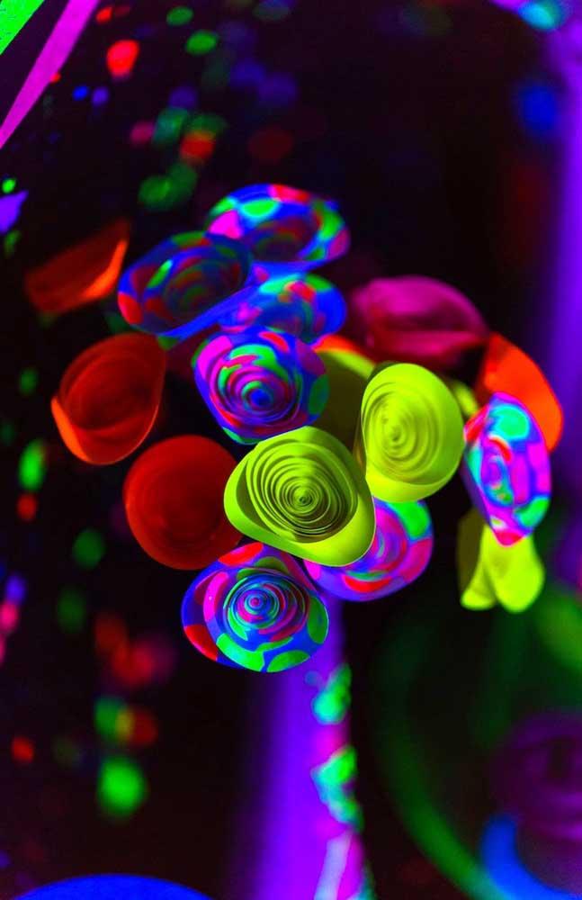 Flores neon e psicodélicas para decorar essa festa