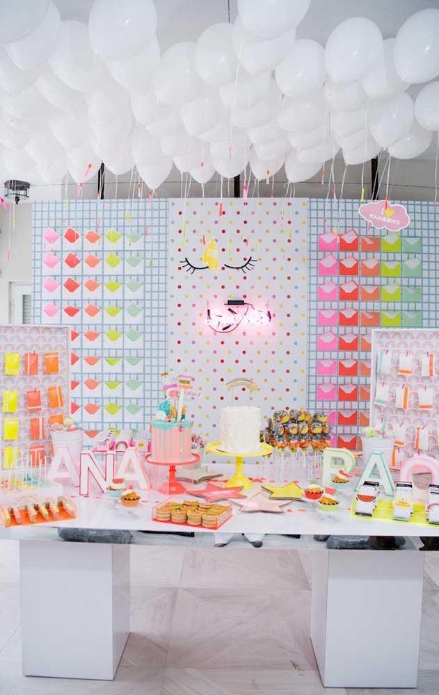 A sugestão perfeita para quem busca uma festa neon linda, mas de fundo clean