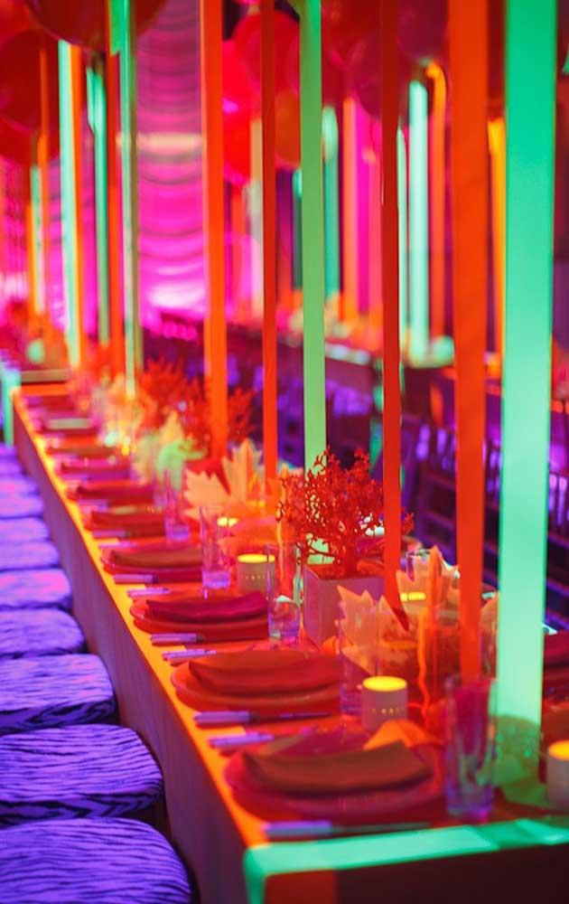 Fitas de neon descem do teto para formar essa linda e vibrante decoração
