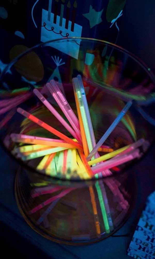 As tradicionais pulseiras de neon que brilham no escuro; elas não podem faltar na festa neon