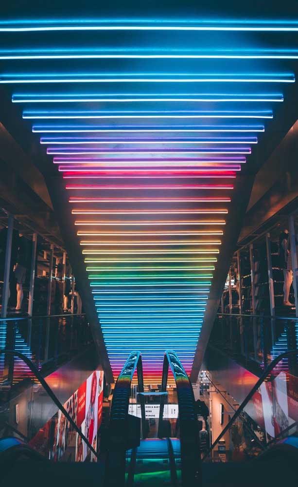 Arco íris neon acompanhando a escada