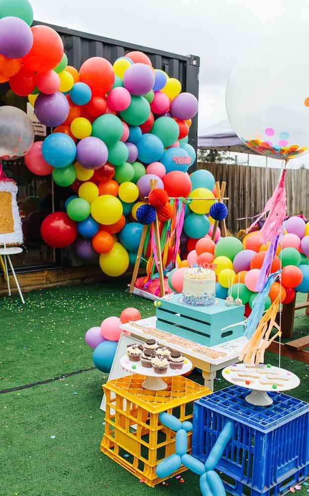 Festa neon infantil: a proposta aqui foi decorar com balões em tons de neon