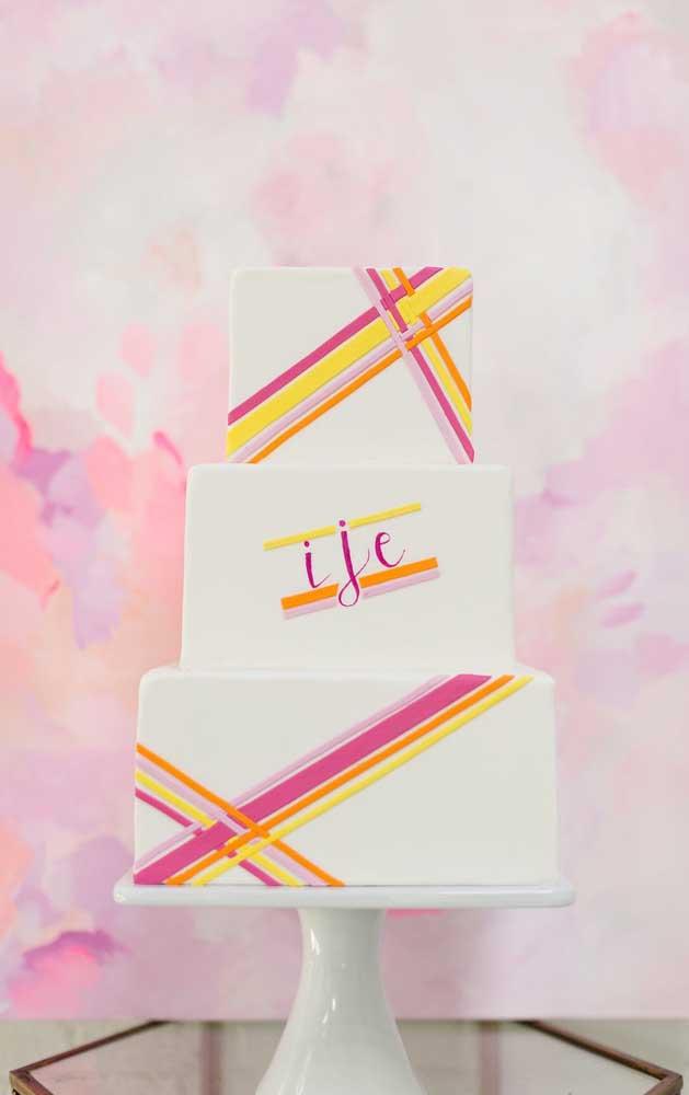 A ideia para esse bolo neon foi usar apenas duas cores em um fundo branco feito com pasta americana