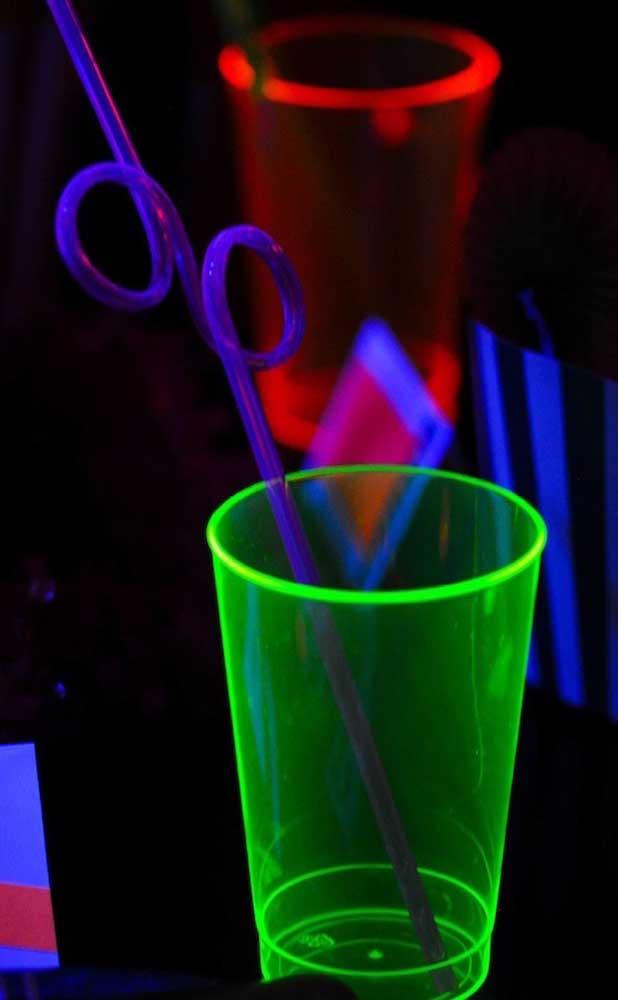 Os copos de acrílico neon são as melhores opções para festa; em lojas para festas você os encontra em diferentes cores e formatos