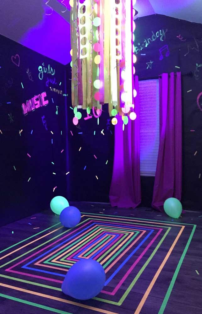 Aqui, a pista de dança foi demarcada pelas fitas coloridas coladas no chão