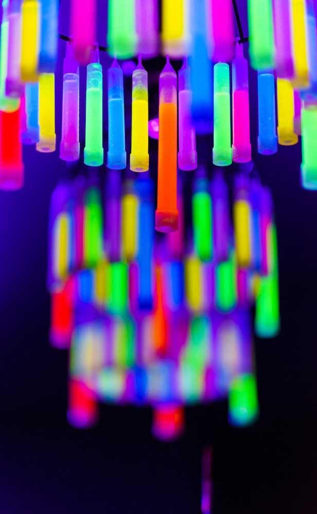 Tubinhos de tinta neon formam a luminária da festa; uma ideia bem original