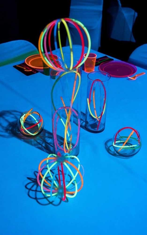 Molas e pulseiras de neon foram usadas aqui como complemento da decoração da festa