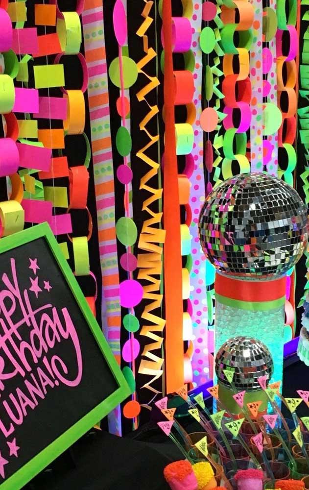 Festa neon de aniversário com painel de papel simples em cores fluorescentes