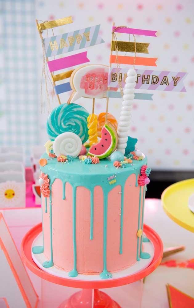 Para o bolo da festa neon o lema é o seguinte: quanto mais colorido, melhor!
