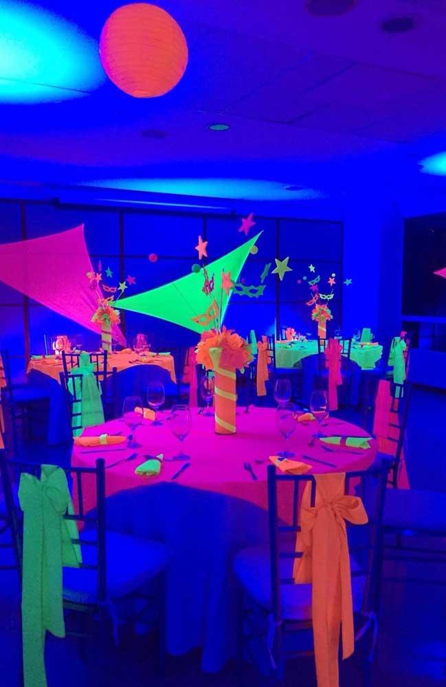 E no escuro que a festa neon se revela
