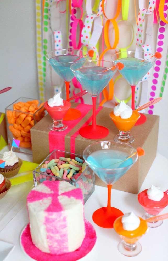 As bebidas também entram no tom fluorescente da festa, essas aqui, por exemplo, são azuis