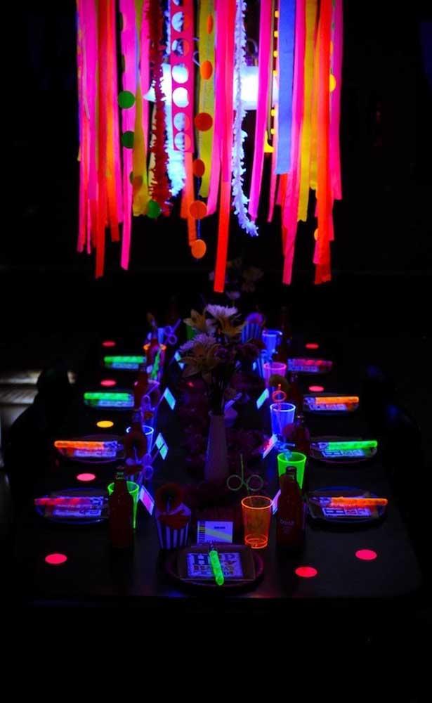 Use luz negra para deixar a decoração da festa neon ainda melhor