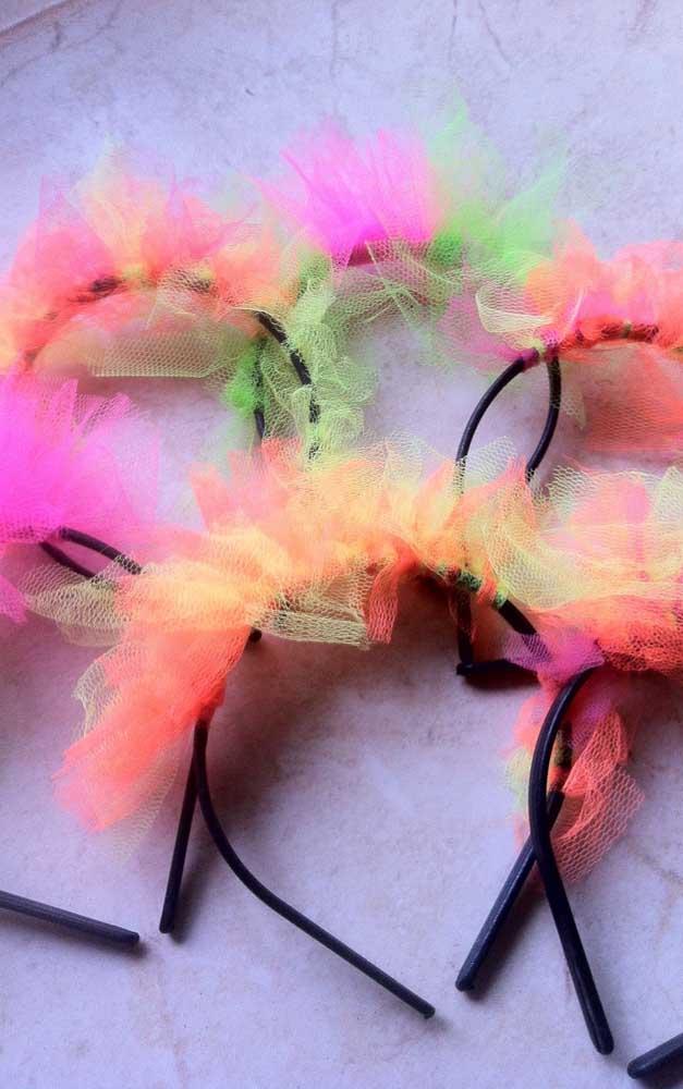 Tiarinhas coloridas para enfeitar os cabelos durante a festa neon