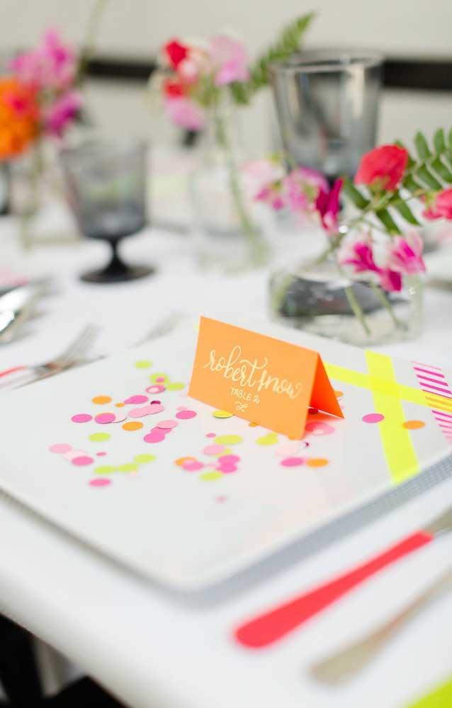 O local de cada convidado foi marcado por plaquinhas e confetes coloridos
