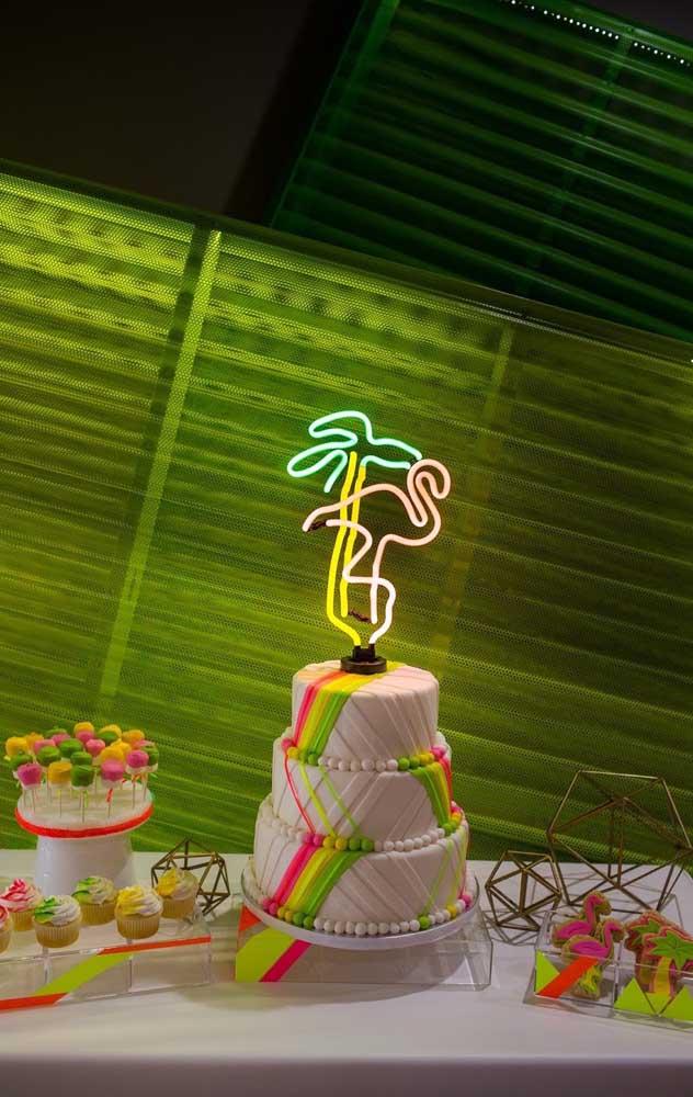 Bolo para festa neon com topo de luz fluorescente