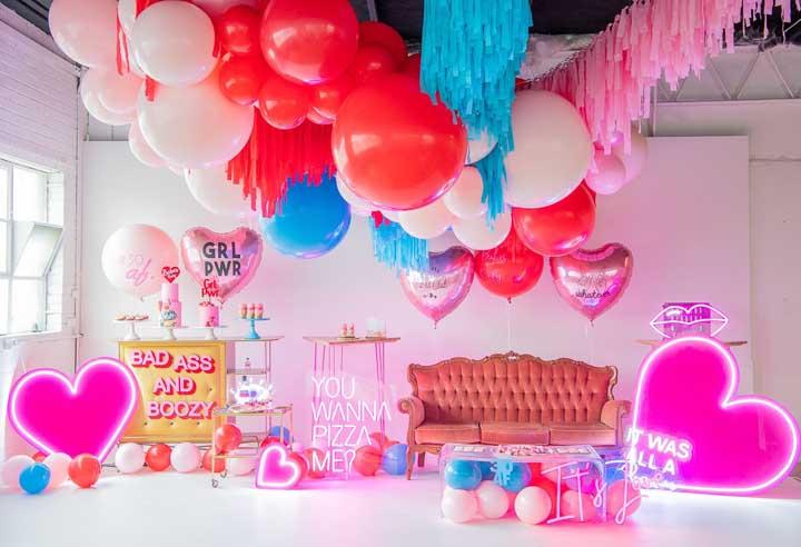 Festa neon em casa com direito a balões, mesa de doces e letreiro luminoso