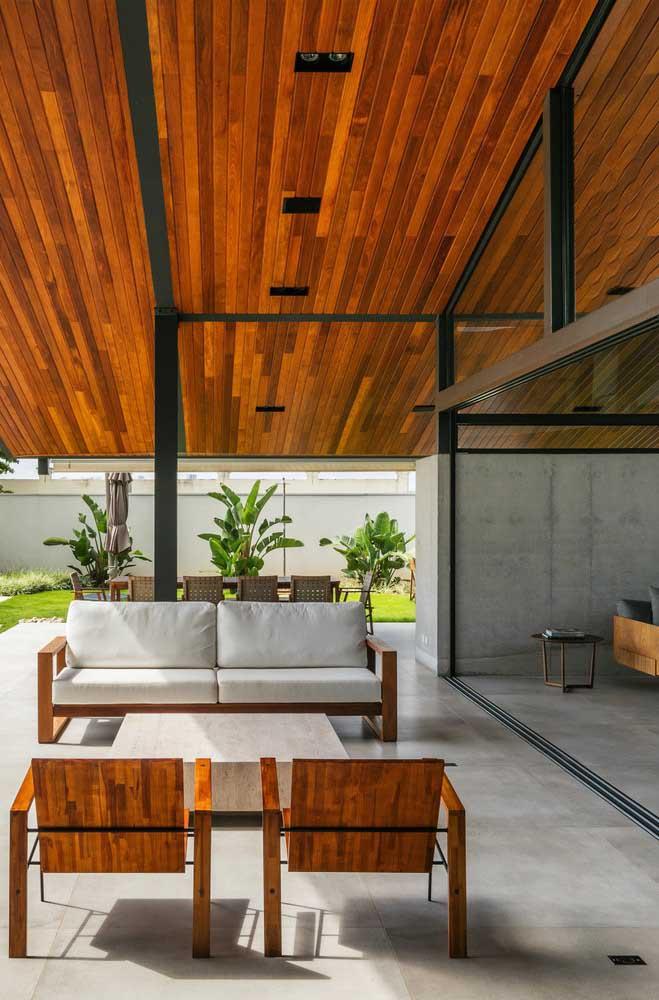 Um ambiente elegante e sofisticado valorizado pelo forro de madeira