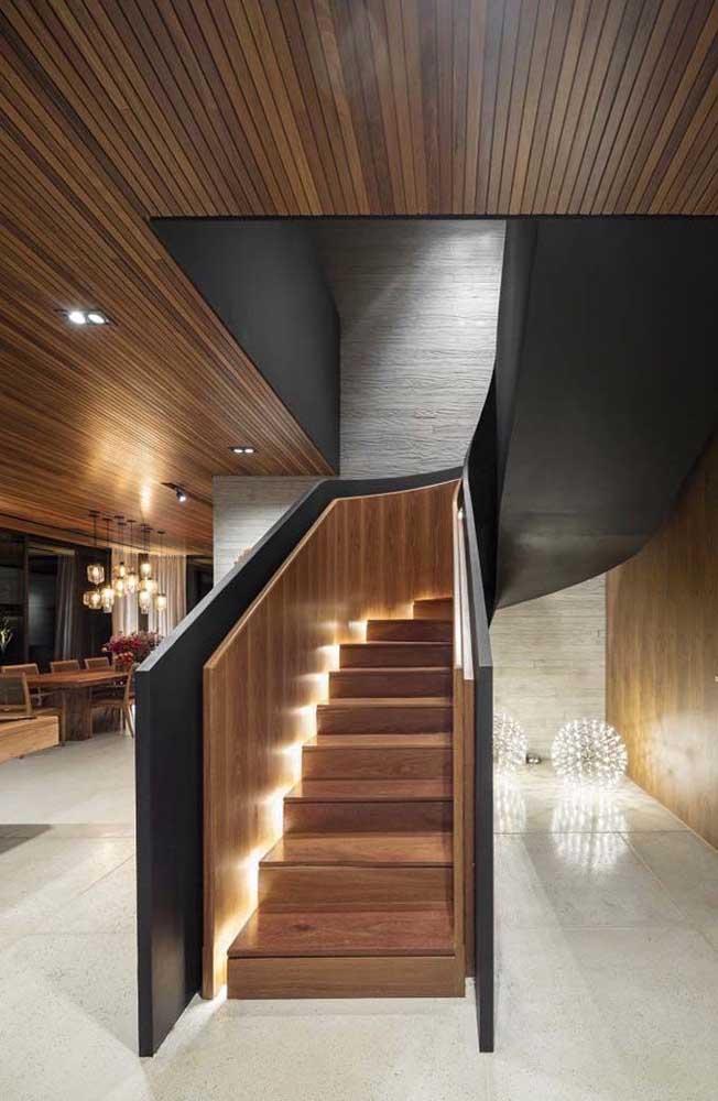 Linda composição formada entre o forro de madeira e a escada