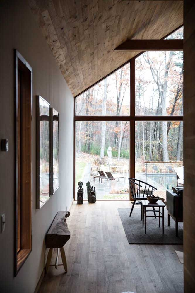 O forro de madeira é a opção perfeita para casas rodeadas pela natureza