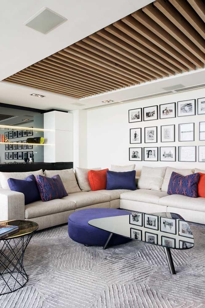 Essa sala moderna formou uma composição inusitada com o forro de madeira