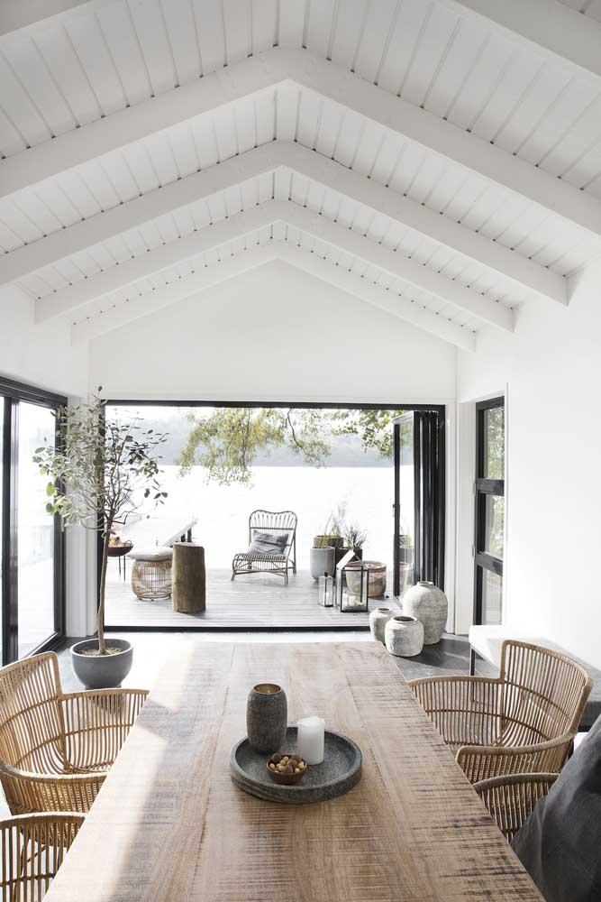 Forro de madeira branco para iluminar e ampliar os ambientes