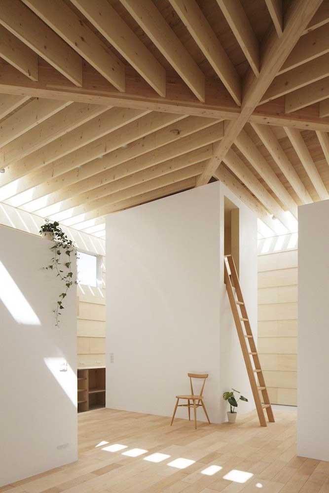 Nesse ambiente, o primeiro forro de madeira instalado de modo tradicional se tornou a base para o segundo forro