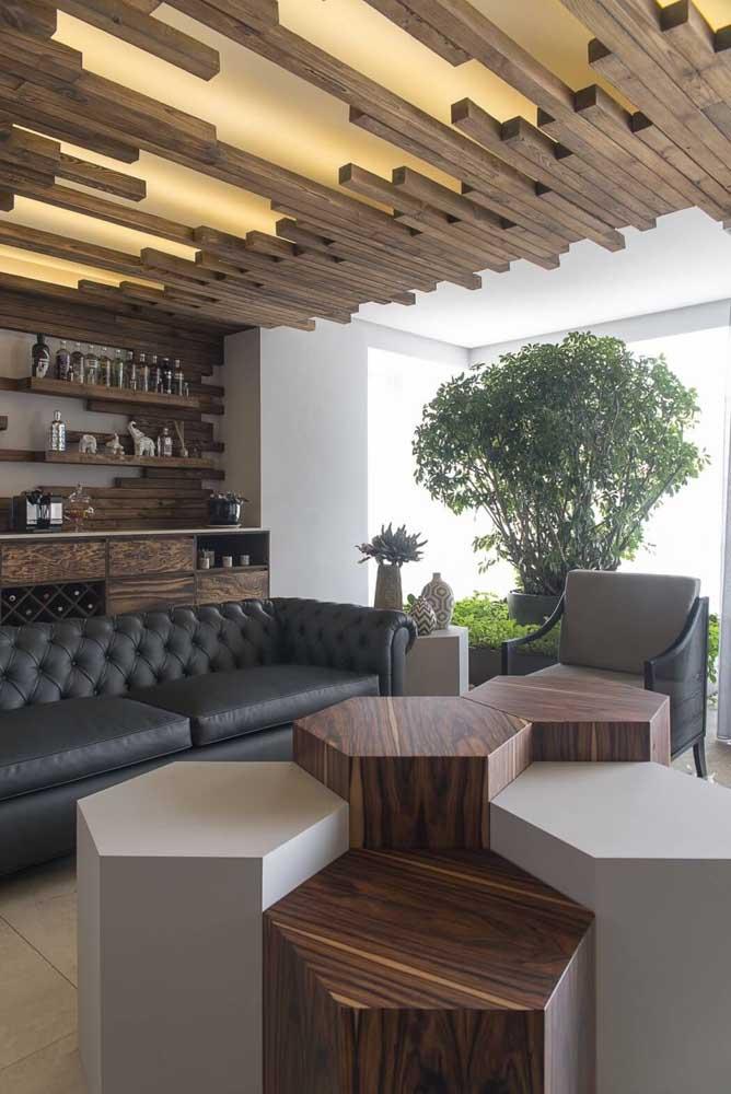 Forro de madeira super diferente e criativo; repare na iluminação que transpassa a camada transparente instalada no teto