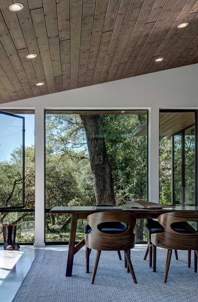 Forro de madeira com spots embutidos; a composição ficou ainda mais bonita com a integração da paisagem de fora no ambiente