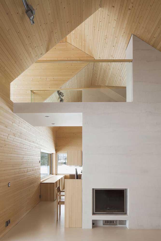 Aqui, a madeira de pinus foi a escolhida para revestir o teto e as paredes