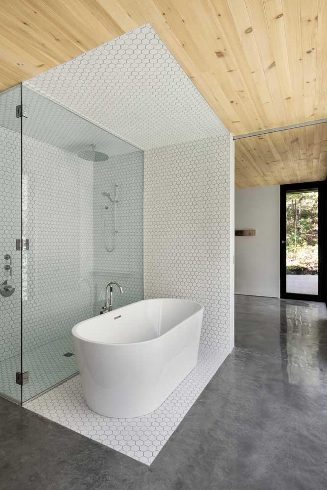 Forro de madeira para o banheiro com exceção da área do banho, onde foi usado revestimento cerâmico