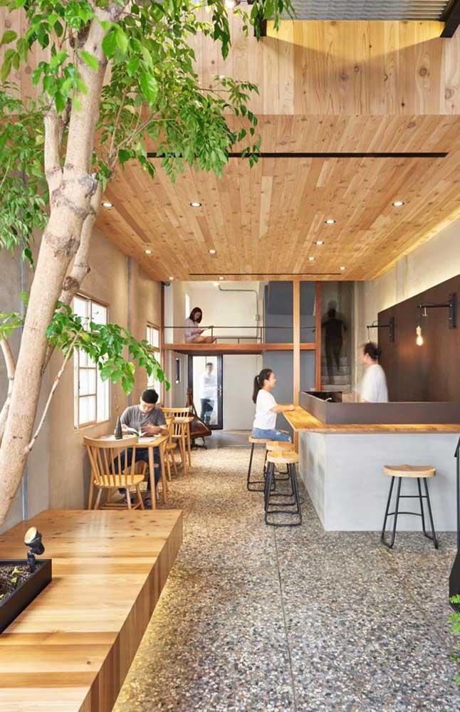 Ambientes comerciais podem e devem investir no forro de madeira; um modo de receber os clientes com mais conforto