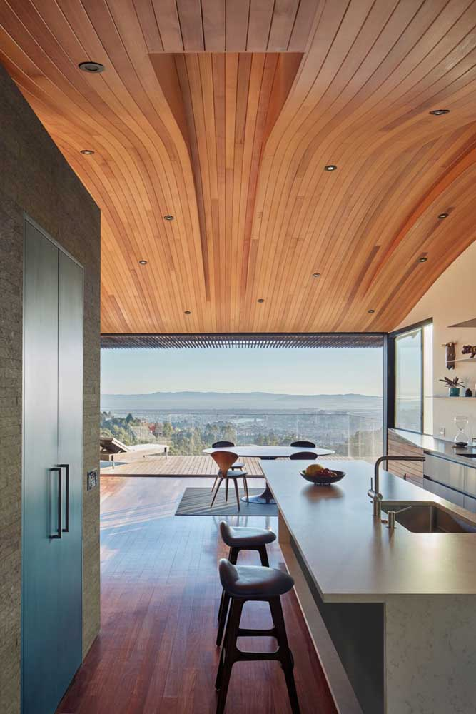 Lindo movimento criado no teto com o forro de madeira