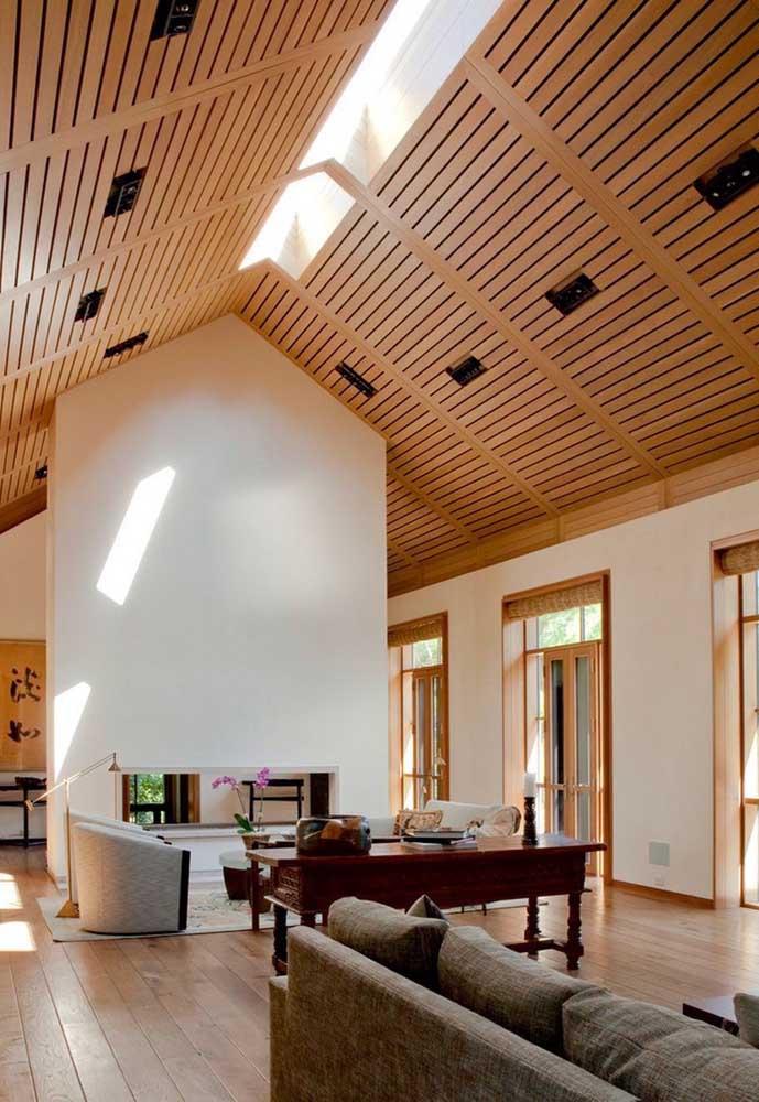 Forro de madeira com claraboia no centro para reforçar a luminosidade do ambiente
