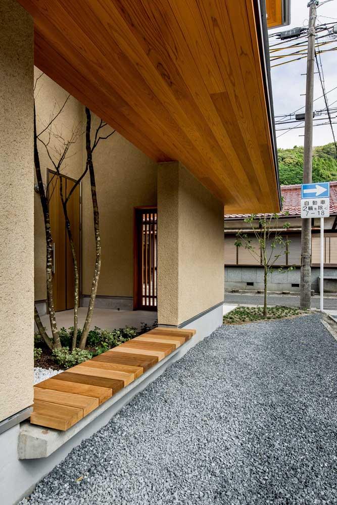 Em áreas externas, o cuidado com o forro de madeira deve ser ainda maior