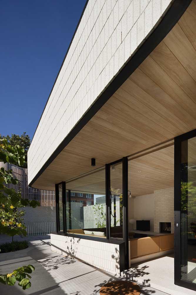 Forro de madeira bem clarinho alcançando da sala à área externa