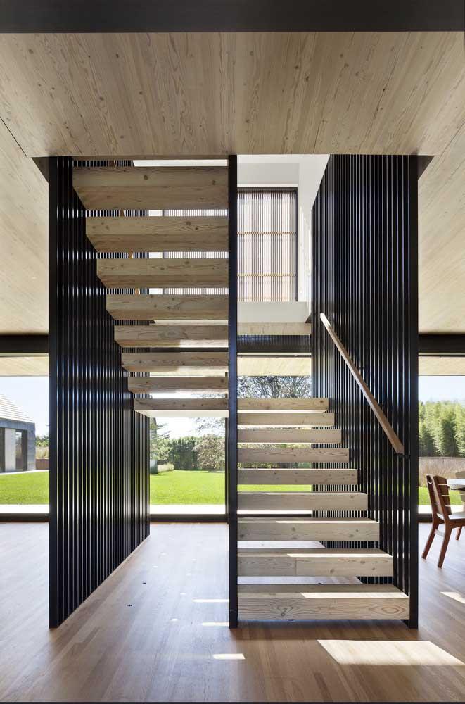 Escada, forro e piso compartilham da mesma madeira