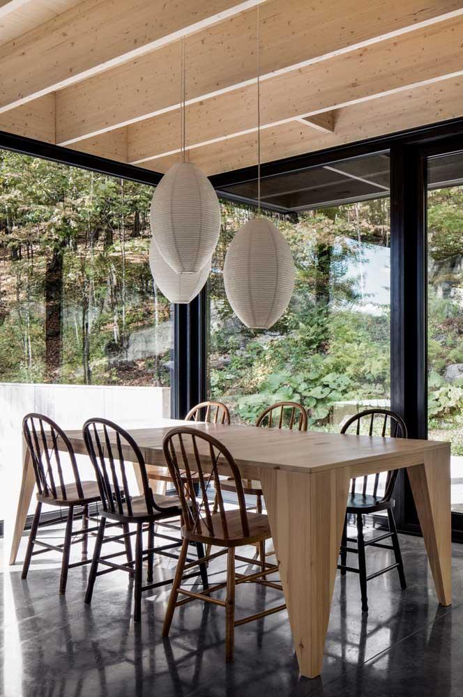E que tal usar a mesma madeira do forro para fazer a mesa?