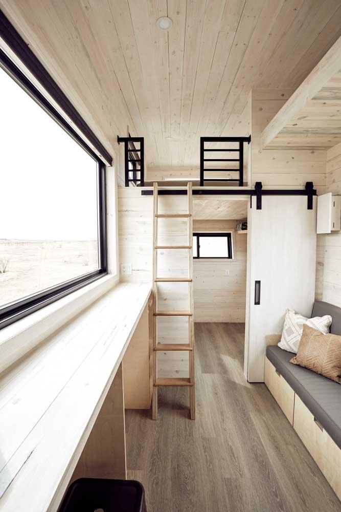 Casa pequena com forro de madeira, paredes de madeira e piso de madeira!