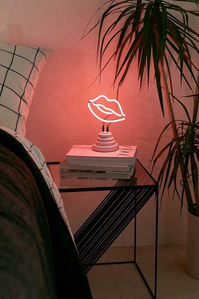 A pequena luminária em formato de boca traz descontração e alegria para o quarto