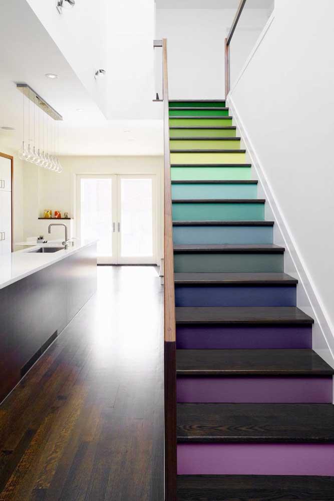 Um arco íris na escada feito com papel adesivo! Super fácil e rápido de fazer