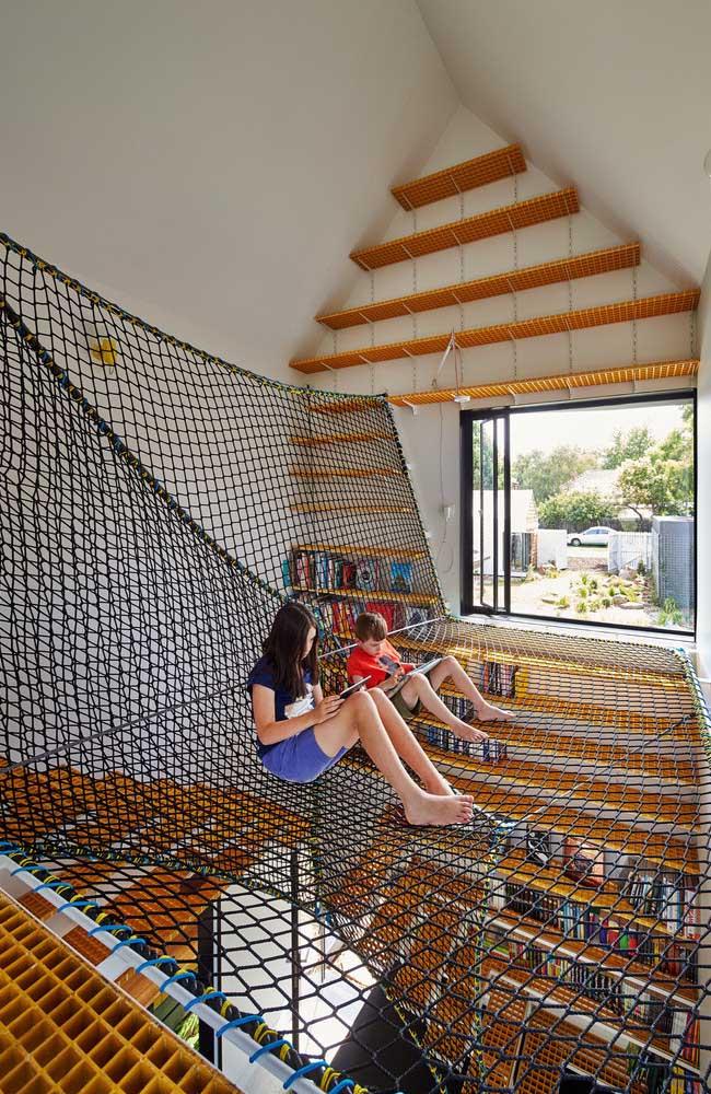 Olha que ideia sensacional! O vão da escada serviu perfeitamente para colocar a rede onde as crianças podem brincar