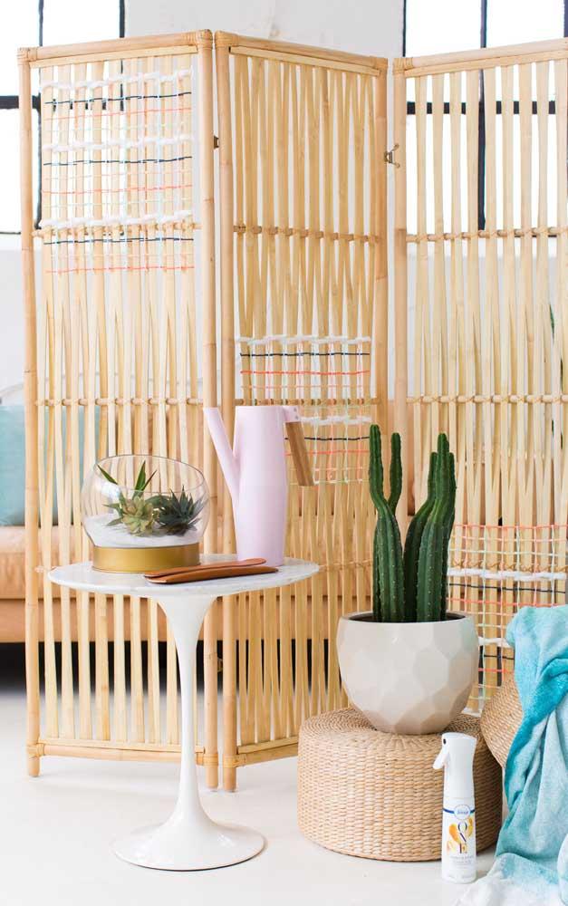Biombo de madeira para dividir elegantemente os ambientes da casa