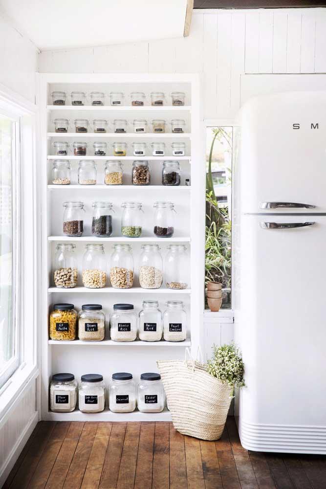 Una funcionalidade à decoração! Nessa cozinha, os potinhos de vidro com mantimentos e temperos ficam à mostra integrando o ambiente