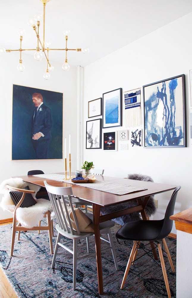 Sala de jantar decorada com diferentes tipos de cadeira; uma combinação para lá de criativa e contemporânea