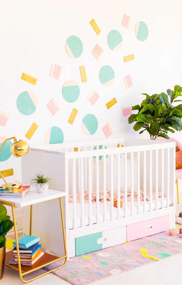 Decoração barata e criativa para o quarto do bebê: círculos de papel colados na parede