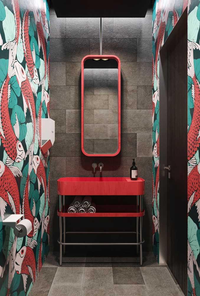 Esse lavabo super moderno ganhou um papel de parede com desenho de peixes combinando com a cor do gabinete