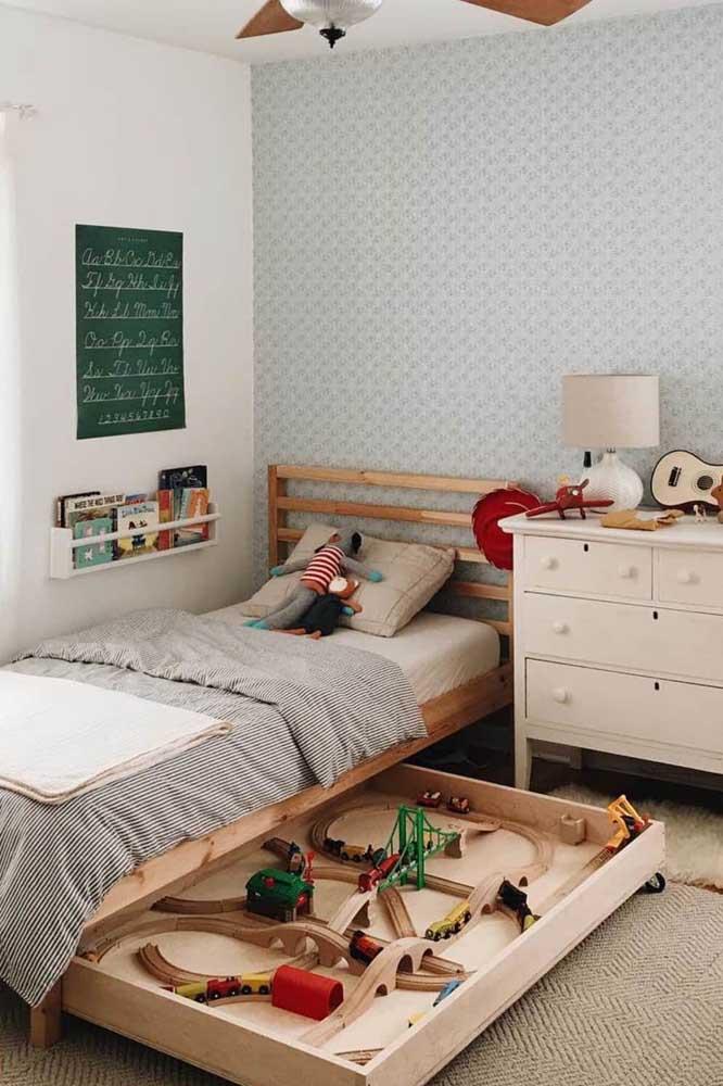 Uma proposta super interessante e funcional nesse quarto: a cama ganhou uma gaveta onde é possível guardar os brinquedos